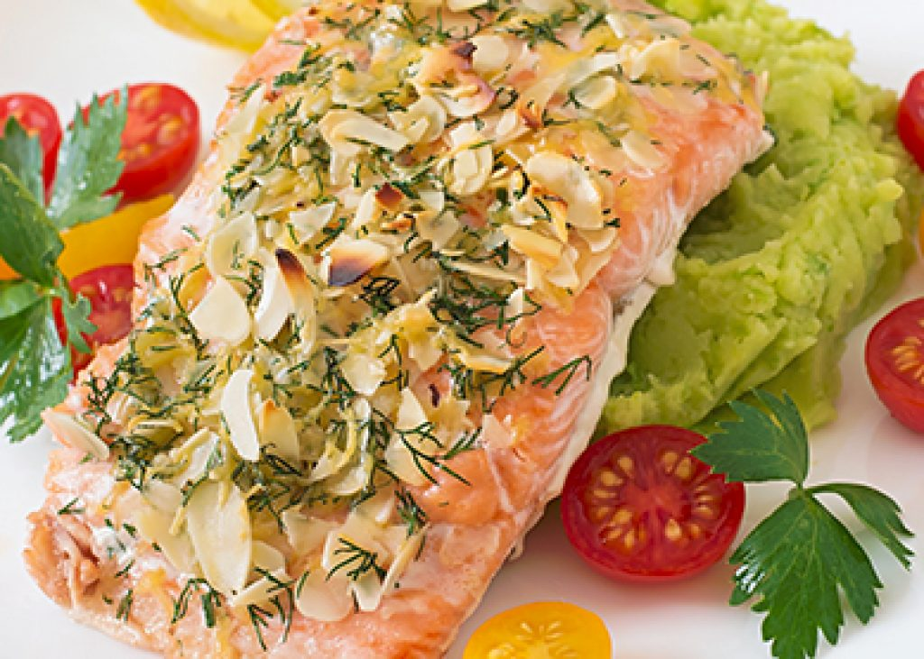 Salmone-agrumato-in-crosta-di-mandorle-e-pure-verde