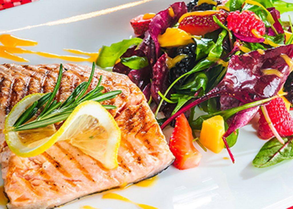 Salmone-grigliato-al-profumo-d_arancia-con-insalata-primavera