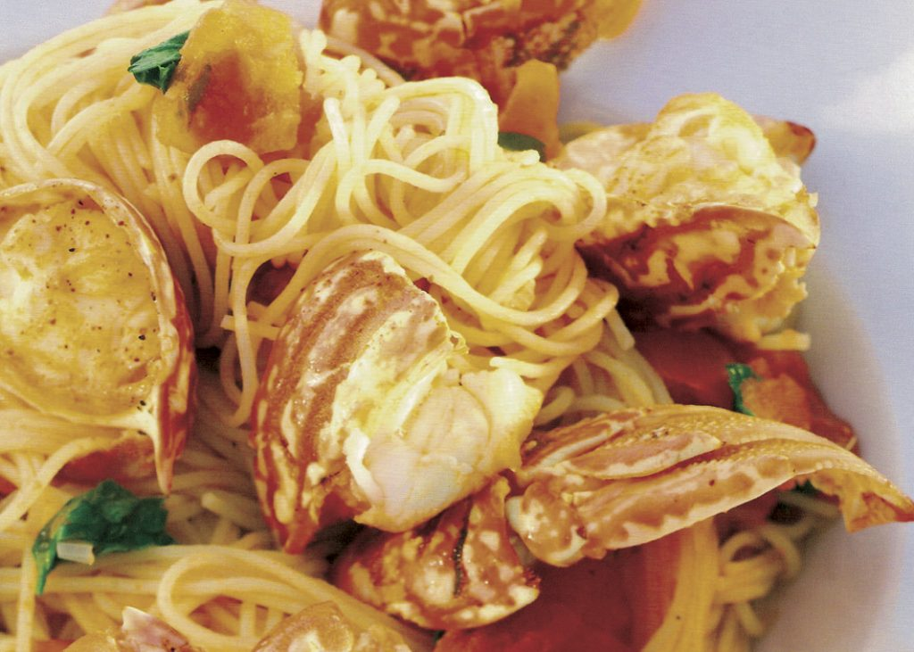 Spaghetti_alla_chitarra_con_aragosta_e_pomodori_freschi